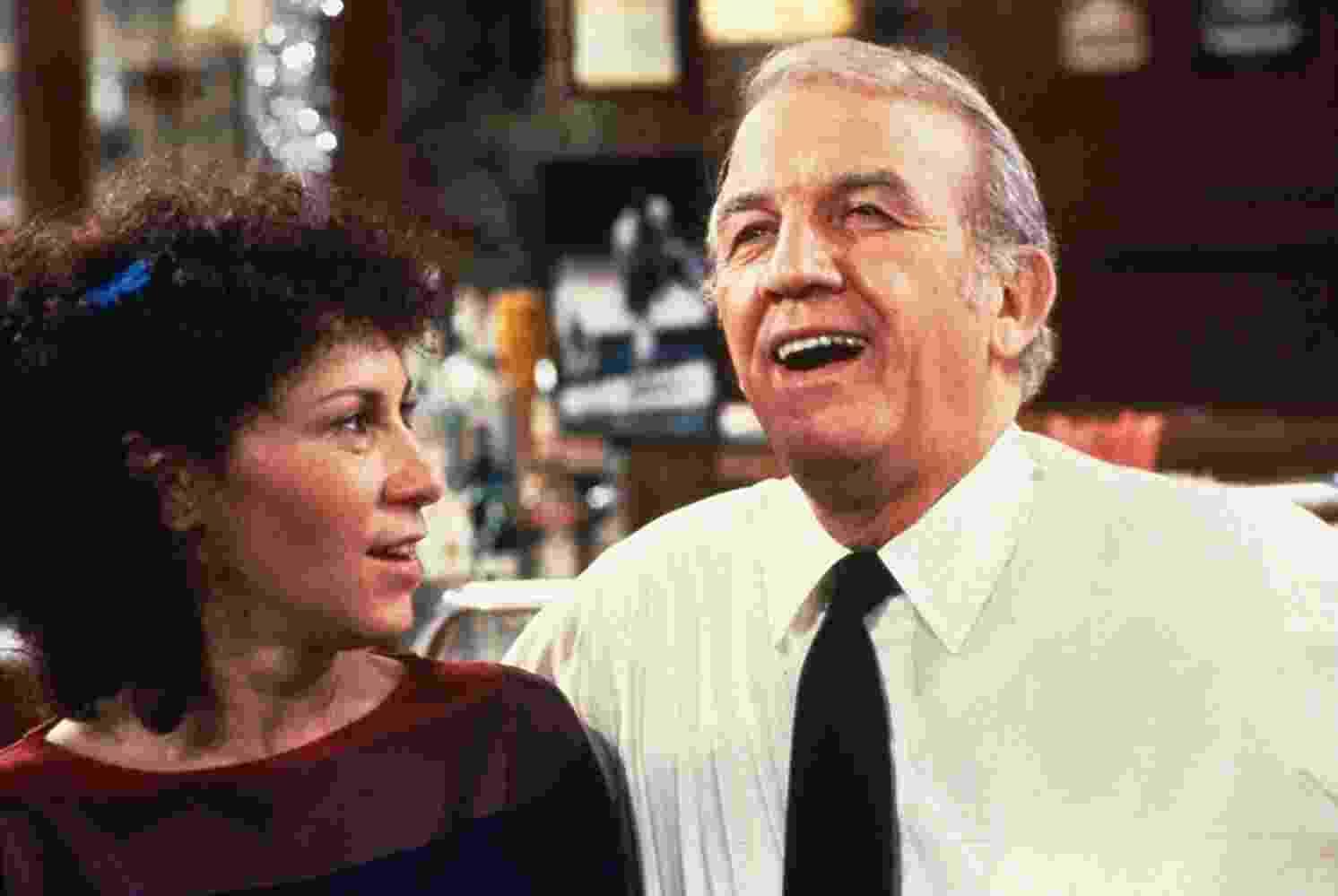 """Nicholas Colasanto e Rhea Perlman na série """"Cheers"""" (1982) - Divulgação"""