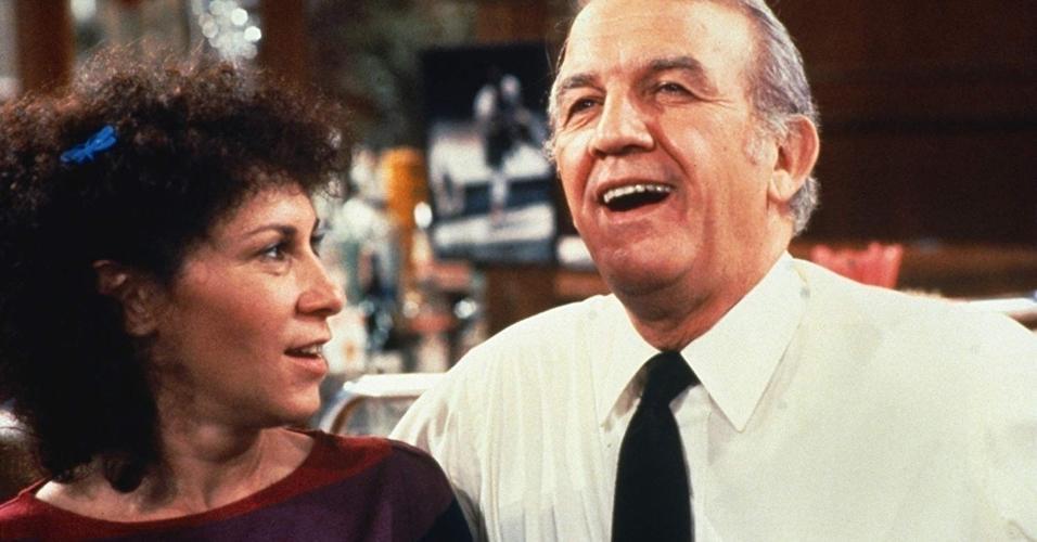 "Nicholas Colasanto e Rhea Perlman na série ""Cheers"" (1982)"
