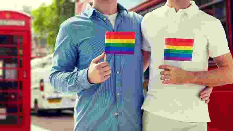 Casal gay abraçado em Londres, na Inglaterra - Getty Images/iStockphoto