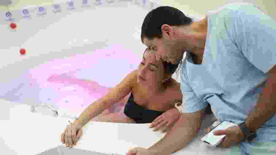 Sabrina Sato posta foto dentro de banheira com Duda monitorando as contrações - Reprodução