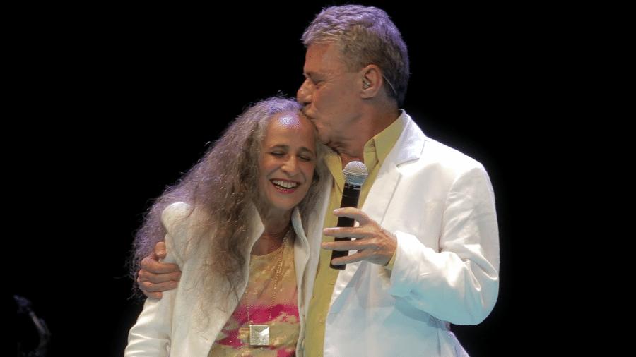 """Maria Behânia é abraçada por Chico Buarque em cena do documentário """"Fevereiros"""" - Divulgação"""