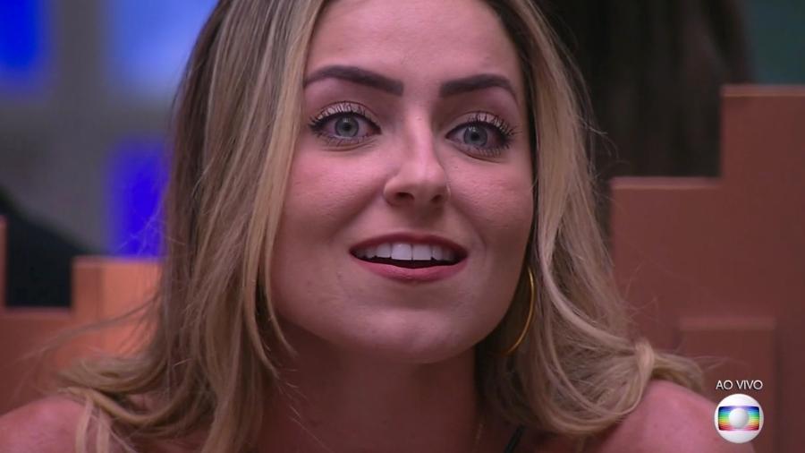 """Paula escuta Tiago Leifert falar sobre o resultado do segundo paredão do """"BBB19"""" - Reprodução/TvGlobo"""