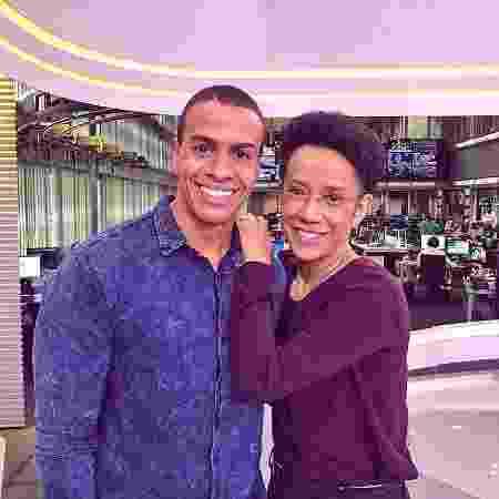 """Thiago Oliveira e Zileide Silva se abraçam no estúdio do """"Jornal Hoje"""" - Reprodução/Instagram/thioliveiras - Reprodução/Instagram/thioliveiras"""