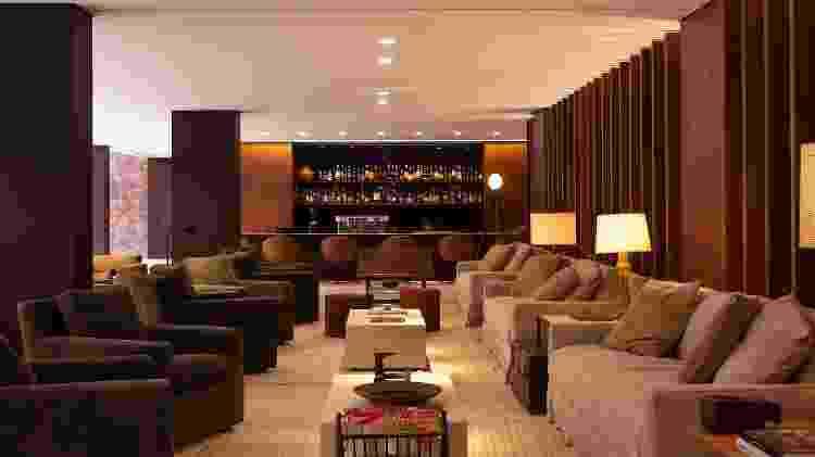 Lobby do hotel Fasano Belo Horizonte: profusão de couro, madeira e tijolos a vista na decoração. - Barbara Dutra