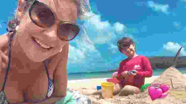 Luana Piovani brinca com a filha, Liz, na areia, enquanto Pedro Scooby está no mar com os meninos, Dom e Bem - Reprodução/Instagram - Reprodução/Instagram