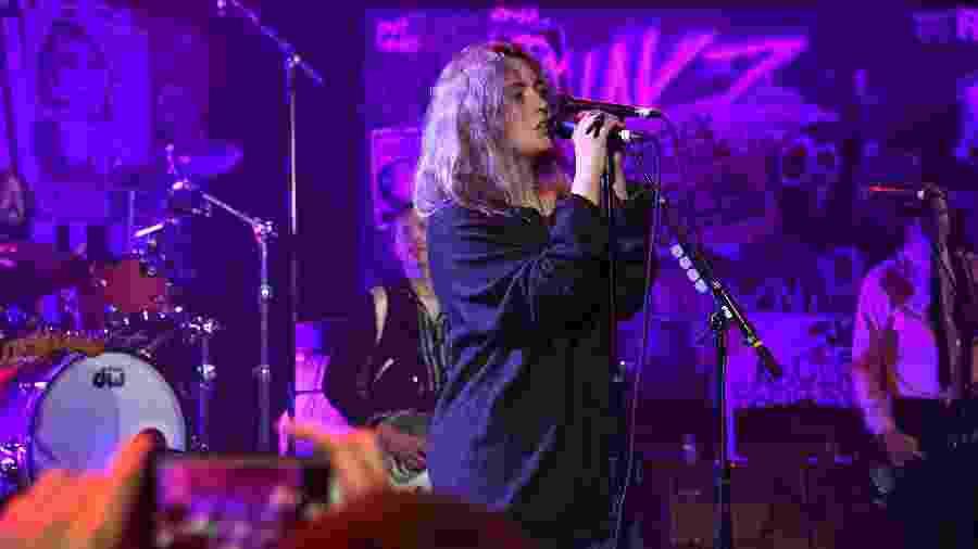 Violet Grohl durante apresentação com ex-membros do Nirvana - Kevin Mazur/Getty Images