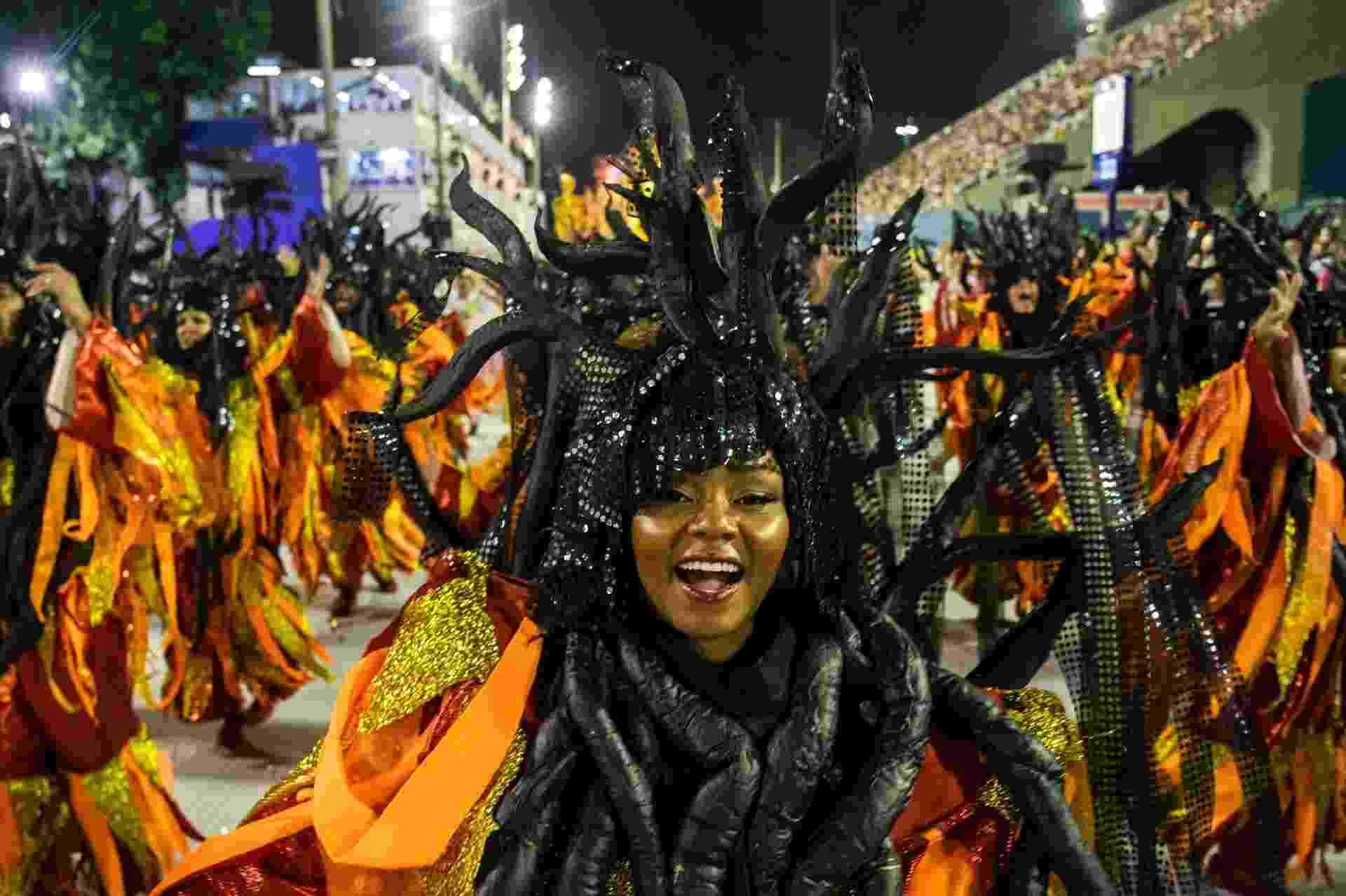 Fantasias com cores neon também marcaram presença no desfile da Estácio - Luciola Vilella/UOL