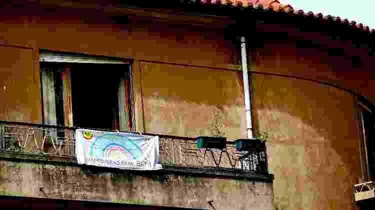 """Na sacada, um morador pendura uma faixa com mensagem motivadora para os vizinhos: """"Vamos todos ficar bem"""" - Lira Neto/UOL"""
