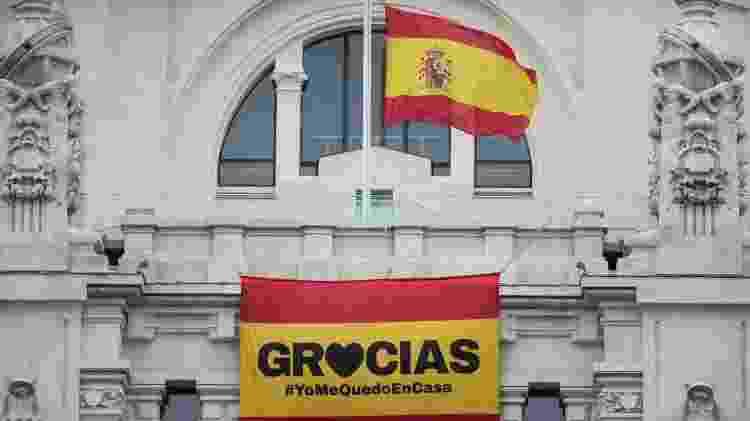 Bandeira a meio mastro na Prefeitura de Madri pelo luto das pessoas que morreram durante a pandemia - Europa Press/Getty Images - Europa Press/Getty Images