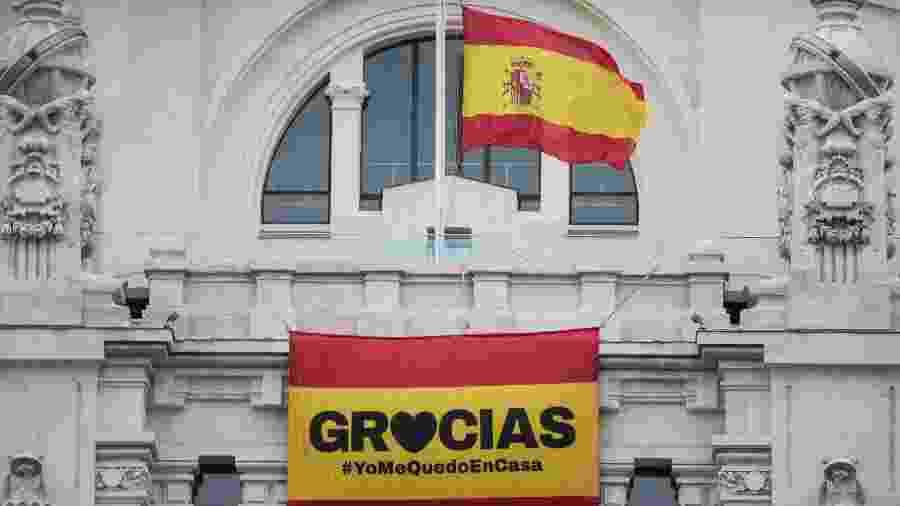 Bandeira a meio mastro na Prefeitura de Madri pelo luto das pessoas que morreram durante a pandemia - Europa Press/Getty Images
