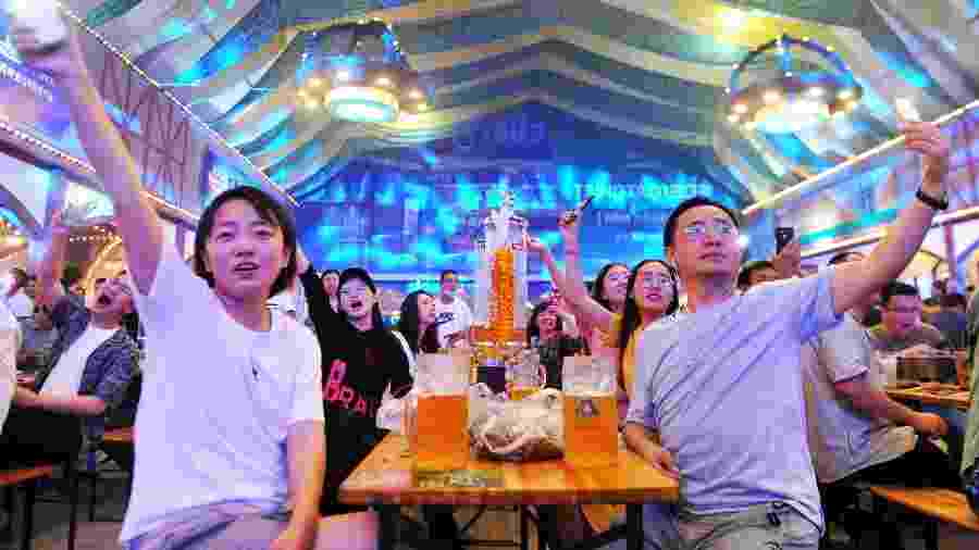 Residentes e turistas participam de festival de cerveja em Qingdao, na China - Barcroft Media via Getty Images