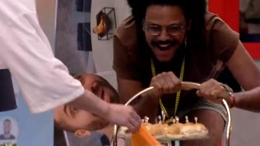 BBB 21: Luiz recebe bebidas - Reprodução/Globoplay