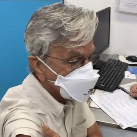 Caetano Veloso recebeu a primeira dose da vacina contra a covid-19 - Reproduzir/Instagram
