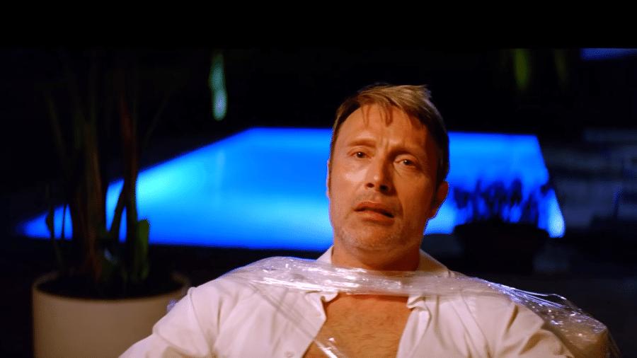 """Mads Mikkelsen interpreta o contador que deve dinheiro a Rihanna em """"Bitch Better Have My Money"""" - Reprodução"""