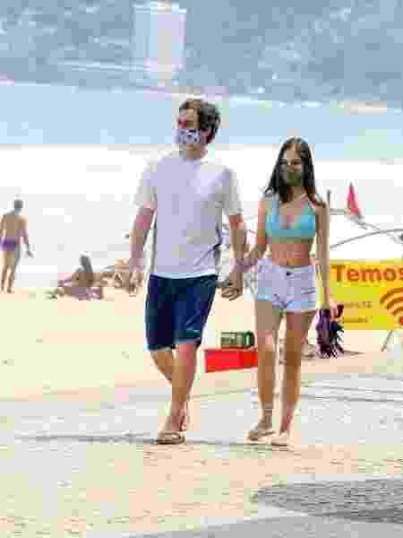 Felipe Dylon passeia com amiga e affair Mayra Wenzel no calçadão do Rio de Janeiro - AGEWS / AgNews - AGEWS / AgNews