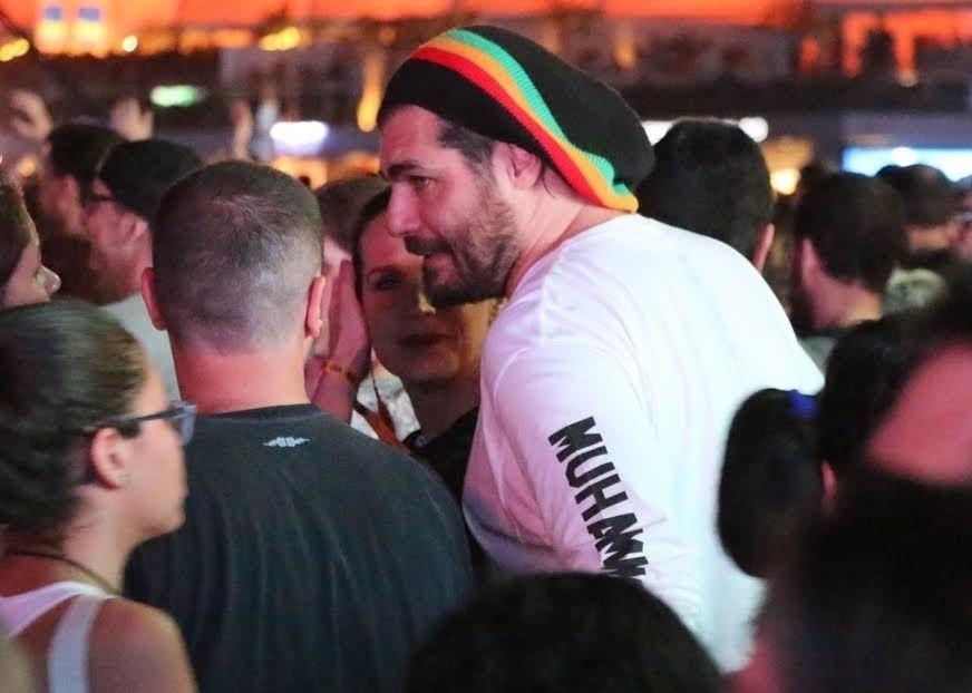 18.set.2015 - No primeiro dia de Rock in Rio 2015, Thiago Lacerda curte o show de Queen no meio da multidão