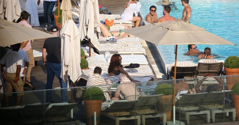 28.set.2015 - Rihanna não se incomodou em dividir o ambiente com outros hóspedes do hotel no Rio de Janeiro