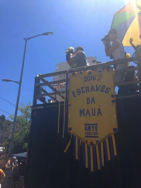 Namorado pede companheira em casamento no bloco Escravos da Mauá, no Rio