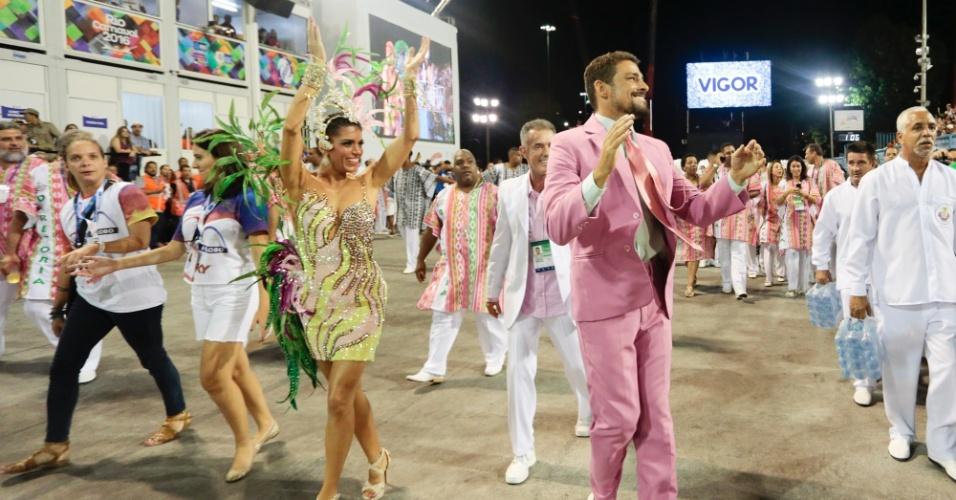 9.fev.2016 - Cauã Reymond chega para desfilar pela Mangueira, que encerra o grupo especial do Carnaval do Rio