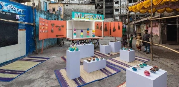 O espaço exibe obras de arte feitas por moradores de Dharavi - Divulgação/Dharavi Design Museum