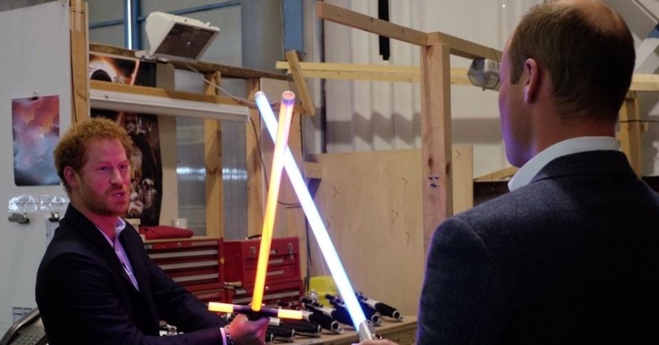 19.abr.2016 - Príncipes Harry e William brincam com sabres de luz durante visita aos estúdios de