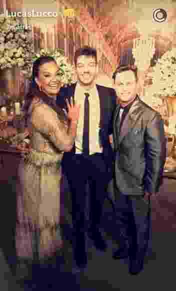 6.jul.2016- Lucas Lucco posa com a aniversariante Solange Couto e o marido dela, Jamerson Andrade - Snapchat/LucasLucco