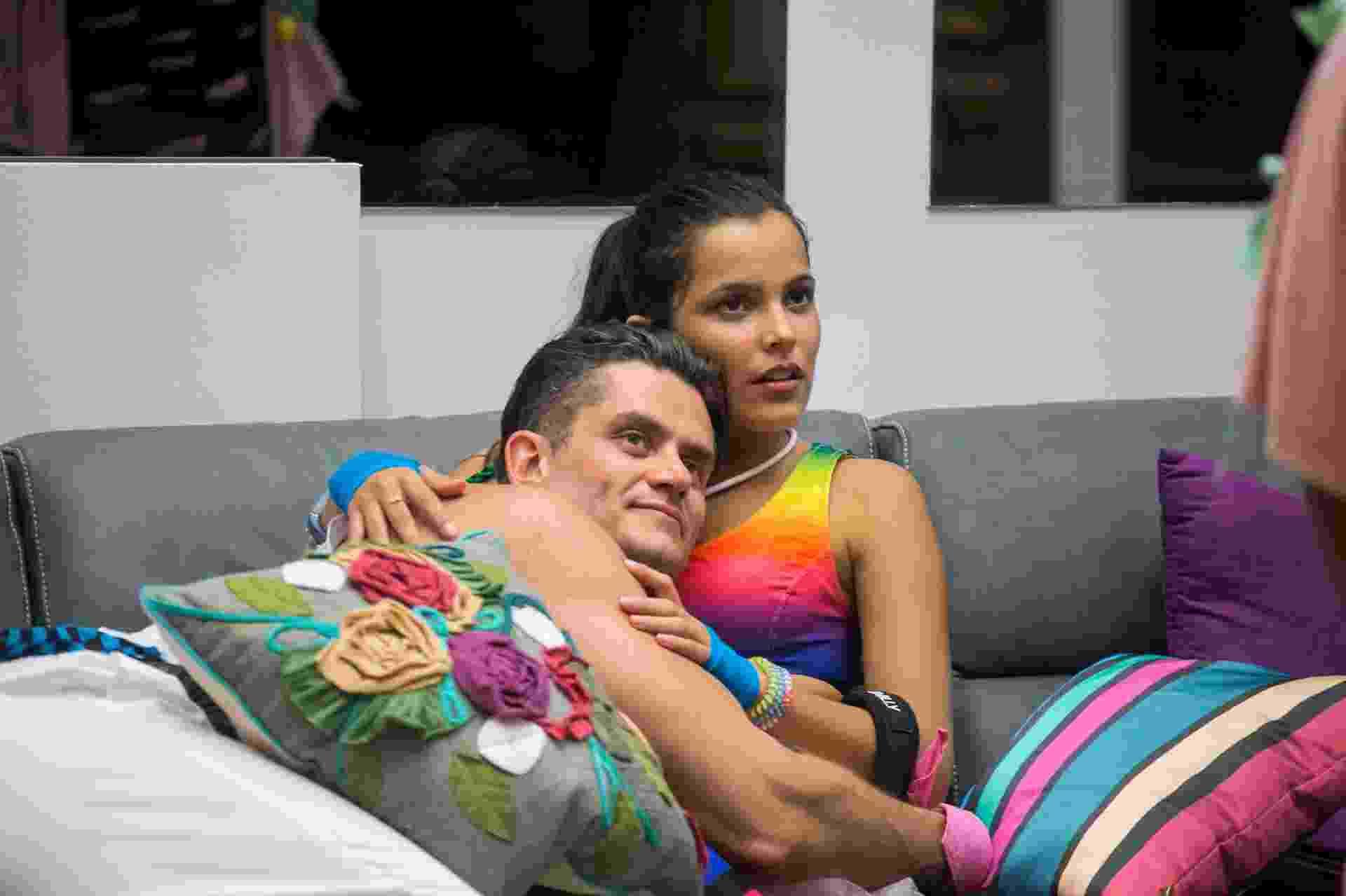 Marcos e Emilly se abraçam no sofá após formação de paredão - Paulo Belote/Globo/Divulgação