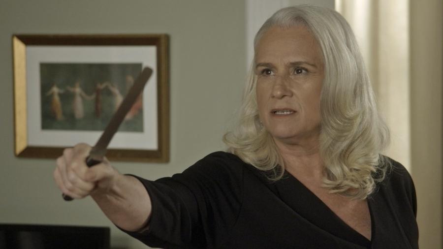 """Magnólia (Vera Holtz) ameaça Ciro com uma faca em """"A Lei do Amor"""" - Reprodução/GShow"""