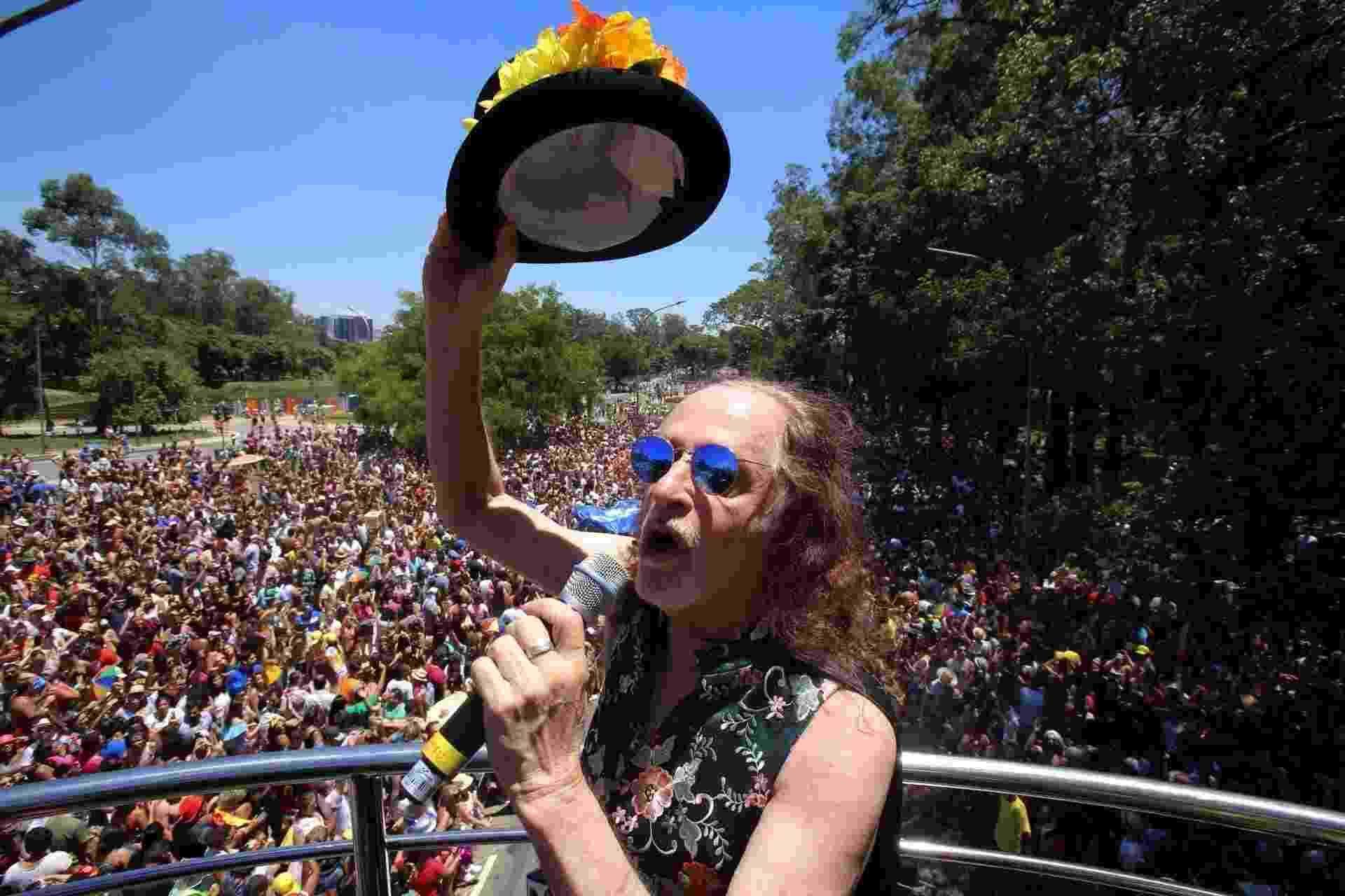 Alceu Valença aquece o público do bloco Bicho Maluco Beleza, no Ibirapuera, zona sul de São Paulo - Amanda Perobelli/Estadão Conteúdo