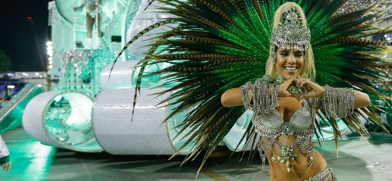 A musa Wanessa Camargo vai como destaque de chão em frente a um dos carros da Mocidade - Marco Antônio Teixeira/UOL