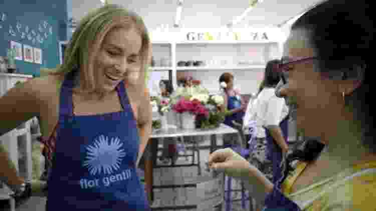 Angélica recebe crachá de voluntária, durante vivência no projeto Flor Gentil - Divulgação - Divulgação