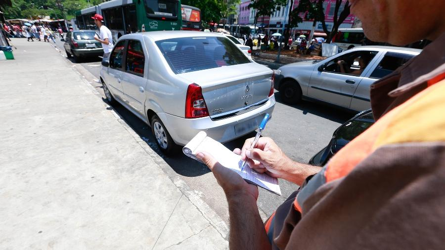 Fiscal aplica multa na capital paulista; multas emitidas pelo município ainda não integram o SNE e não dão direito ao abatimento - Robson Ventura/Folhapress