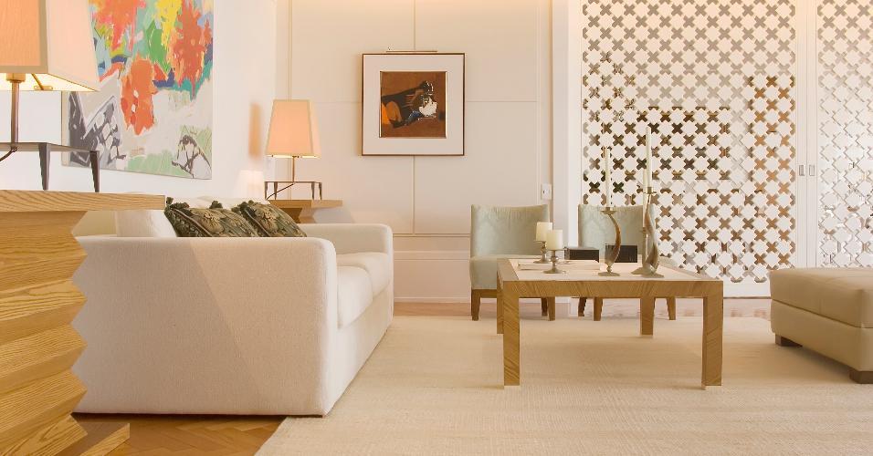 Neste apartamento de praia, o arquiteto Leonardo Junqueira elegeu um tapete de sisal e lã, que agrega a simplicidade e a descontração ideais ao clima litorâneo. Ele sempre prefere que o acessório abrace o ambiente e todos os pés do mobiliário estejam apoiados sobre ele