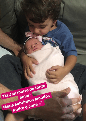 Pedro, filho mais velho de Patricia Abravanel e Fabio Faria, abraça a irmã, Jane
