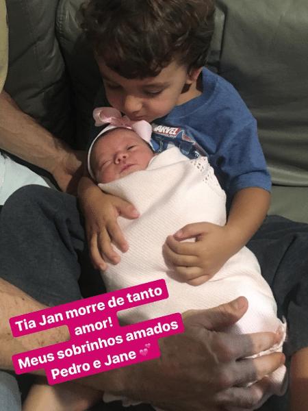 Pedro, filho mais velho de Patricia Abravanel e Fabio Faria, abraça a irmã, Jane - Reprodução/Instagram/janinefaria