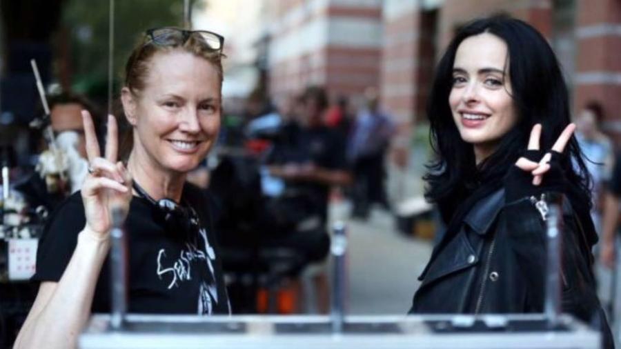 """Krysten Ritter (direita), a protagonista de """"Jessica Jones"""", posa com a criadora da série, Melissa Roseberg - Reprodução/Instagram/therealkrystenritter"""