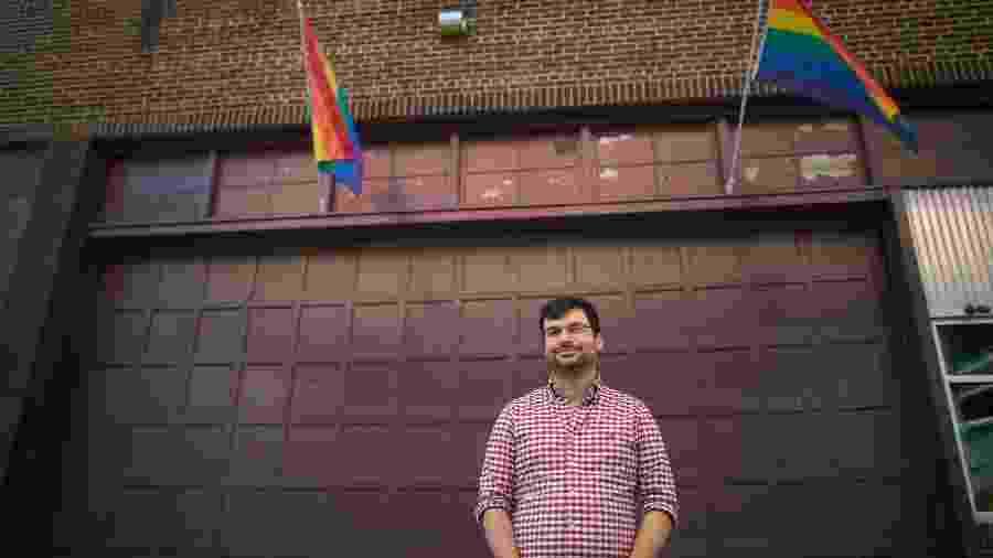 Jack Harrison-Quintana, diretor de igualdade do Grindr, o maior aplicativo de encontros gay do mundo, em um centro comunitário LGBT - Mark Makela/The New York Times