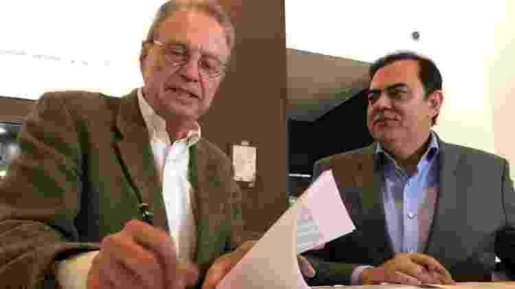 No dia de ontem, a Rede Brasil de Televisão anunciou a contratação de Hermano Henning, na foto, ao lado de Marcos Tolentino, presidente da RBT - Divulgação - Divulgação