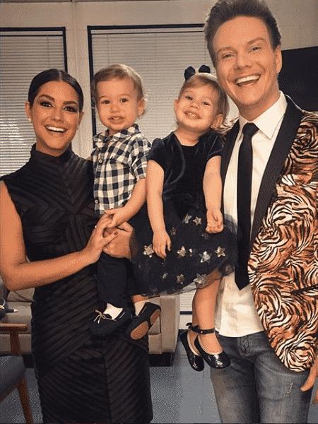 """Michel Teló e Thais Fersoza posam com filhos nos bastidores do """"The Voice"""" - Reprodução/Instagram"""