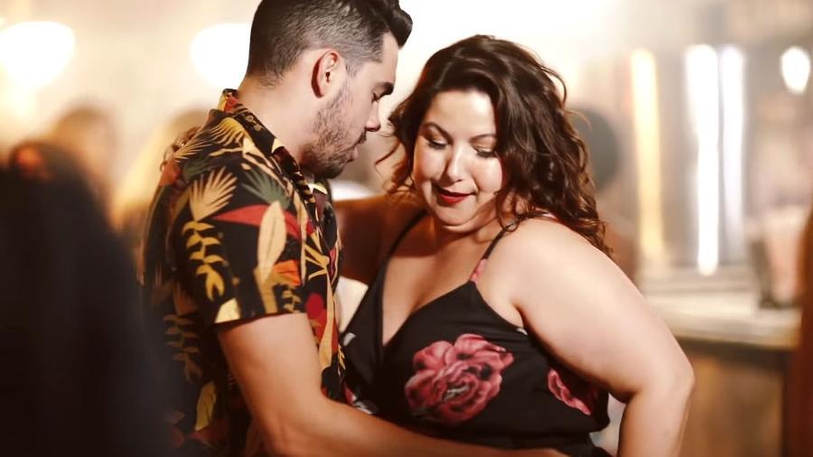 Gabriel Diniz com Mariana Xavier, a Jenifer original, no clipe da música que viralizou - Reprodução/YouTube