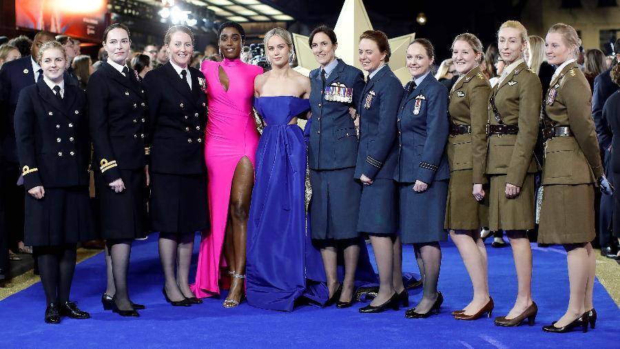 """Brie Larson e Lashana Lynch posam com mulheres das Forças Armadas britânicas na pré-estreia de """"Capitã Marvel"""" em Londres - Tolga Akmen/AFP"""