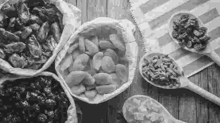 Frutas secas - preto e branco - iStock - iStock