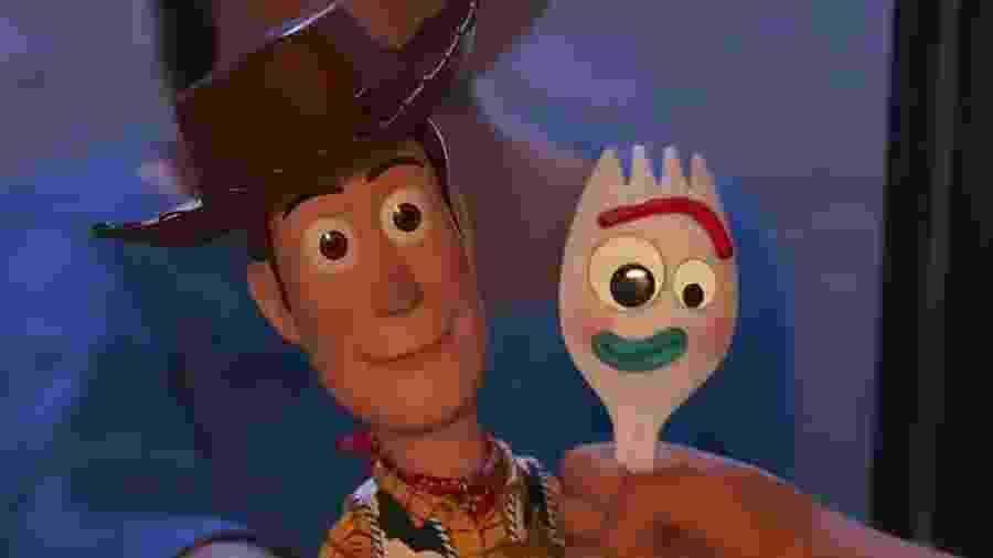 Woody e Garfinho em cena de Toy Story 4 - Divulgação