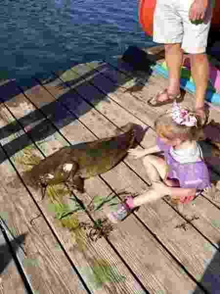 Ela pescou um peixão usando uma vara de pescar infantil! - Reprodução/YouTube