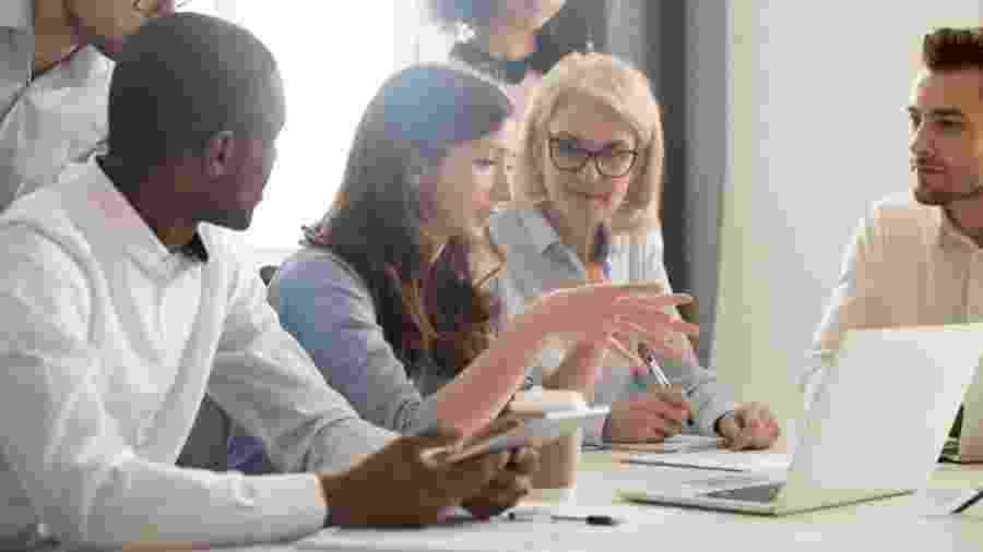 """Mulheres representam apenas 40% da força de trabalho global, aponta estudo """"When Women Thrive"""" 2020 - fizkes/iStock"""