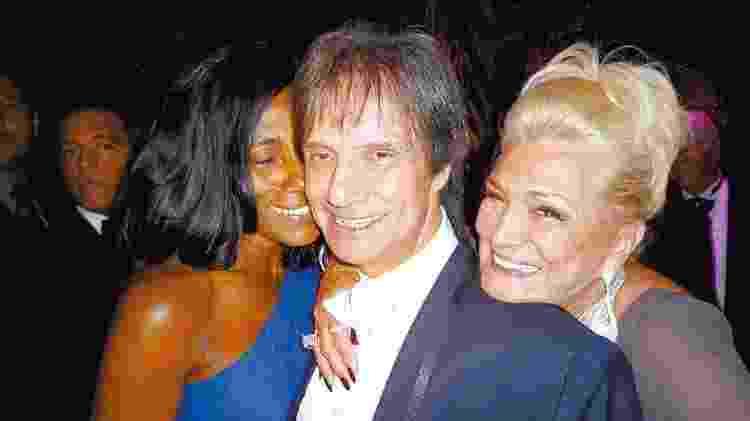 Hebe Camargo posa com Roberto Carlos e Gloria Maria em seu aniversário de 80 anos - Mônica Bergamo/Folhapress