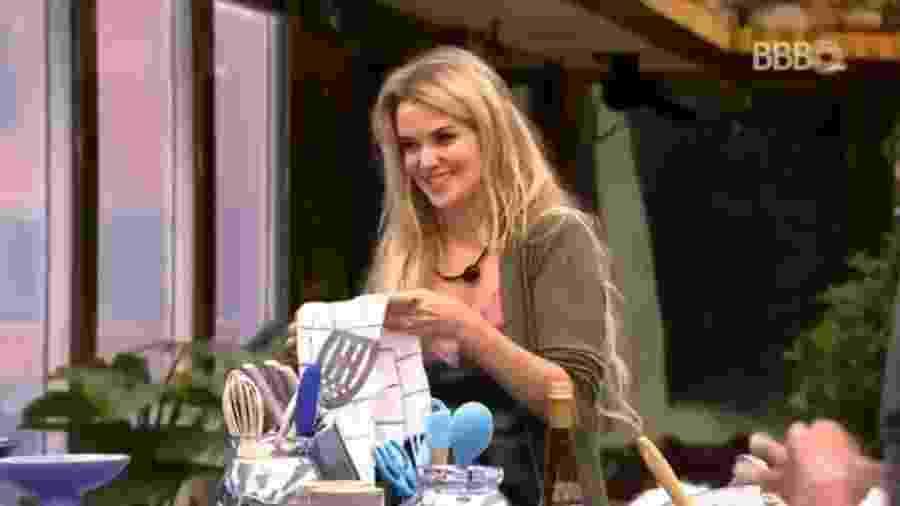 Marcela conversa com sister na cozinha - Reprodução/GloboPlay