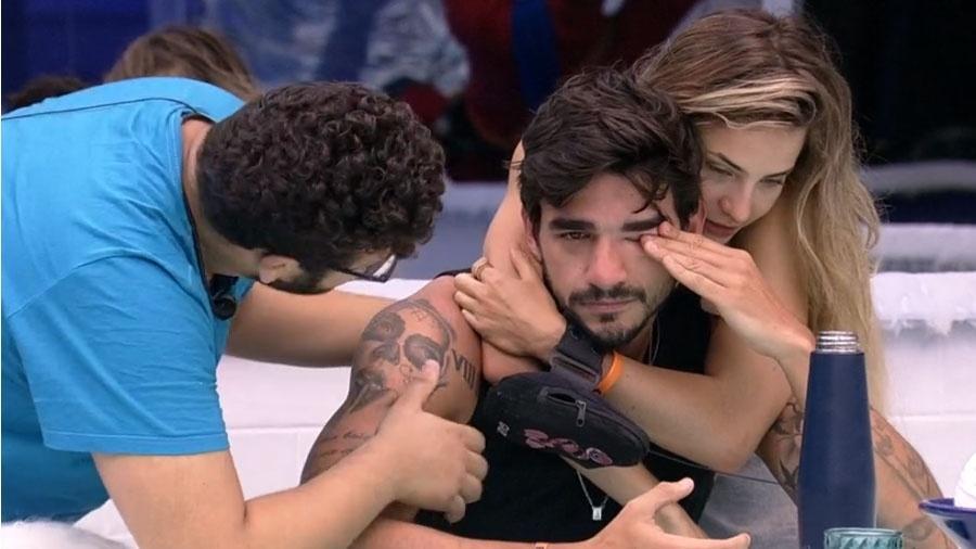 BBB 20: Guilherme chora e é consolado - Reprodução/Globo