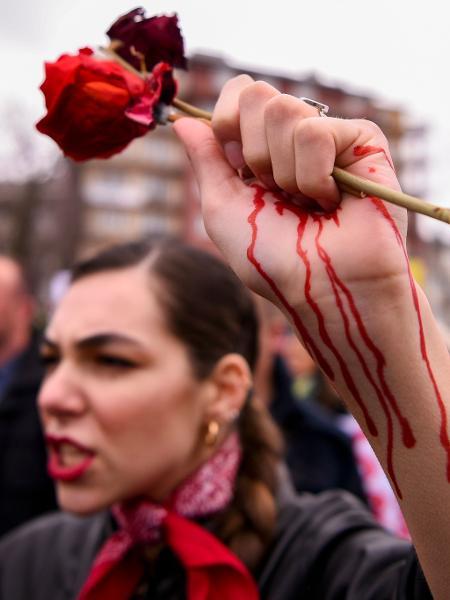 Manifestante protesta pela igualdade de gênero no Dia da Mulher - Armend Nimani/AFP