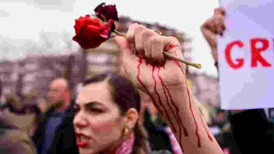 Aumento repentino da violência de gênero em todo o mundo é atribuido por especialistas ao isolamento social em meio à pandemia; na foto, mulher protesta por igualdade de gênero em Pristina, capital do Kosovo - Armend Nimani/AFP